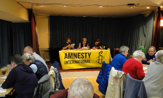 AMnesty quiz participants with AI banner