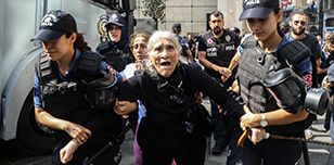 Emine Ocak, a member of Saturday Mothers Turkish group, is detained by Turkish riot police during a demonstration on 25 August 2018 in Istanbul © HAYRI TUNC/AFP/Getty Images